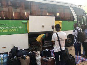 当日朝、バスに積み込まれる荷物