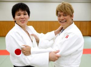 SMAPの香取さんの一緒に写っているのは全盲で73kg級日本代表の永井選手です。